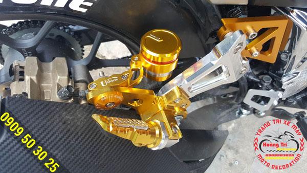Với màu vàng rất hợp tông sẹc tông cùng gác chân Biker