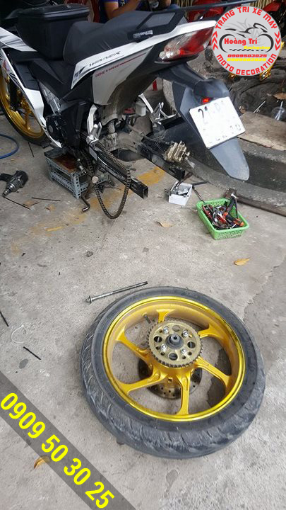 Nhân viên Hoàng Trí Racing Shop đang tháo gắn zin của xe gắn gấp Racing Boy