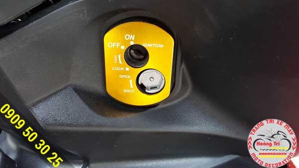 Ốp ổ khóa màu vàng trên xế làm điểm nhấn nổi bật