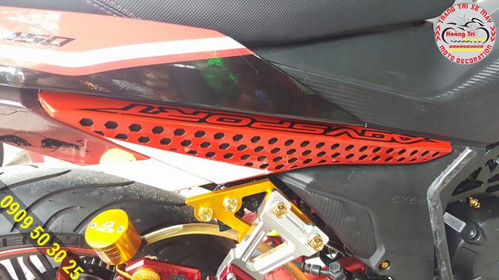 Cận cảnh những lỗ nhỏ li ti kèm theo màu sơn xe bên dưới tạo nên một hình ảnh đẹp mắt