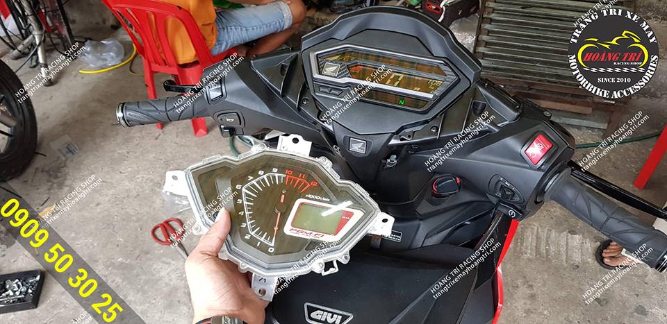 Chiếc đồng hồ Winner V1 đã được tháo và thay vào đó là đồng hồ Winner X