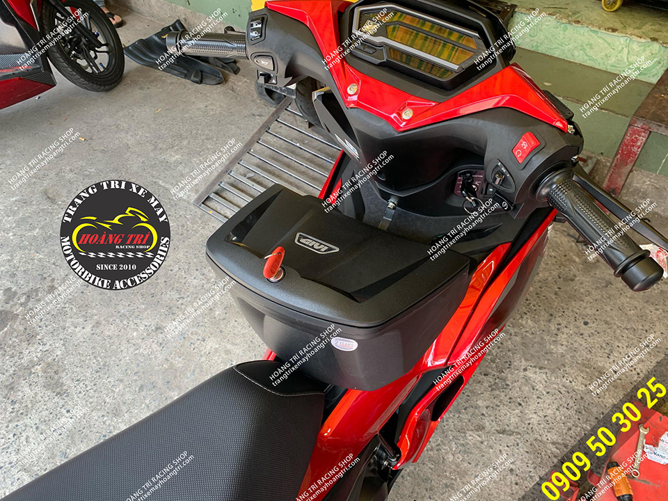 Givi is convenient to carry and install a box in between