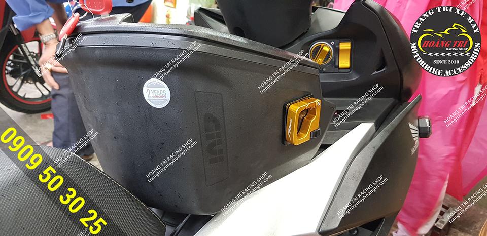 Móc treo CNC lắp 2 bên thùng giúp bạn có thể treo được các túi nhựa